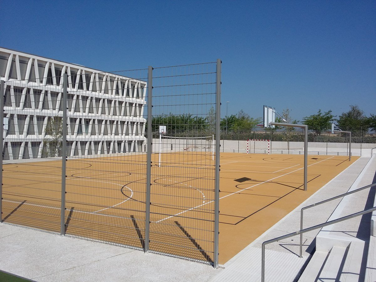 A photo of a Ball court Bekasport fence at a German school, located in Madrid